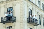 Medarbejdere fra Dansk Ejerkapital står på bygningens to altaner
